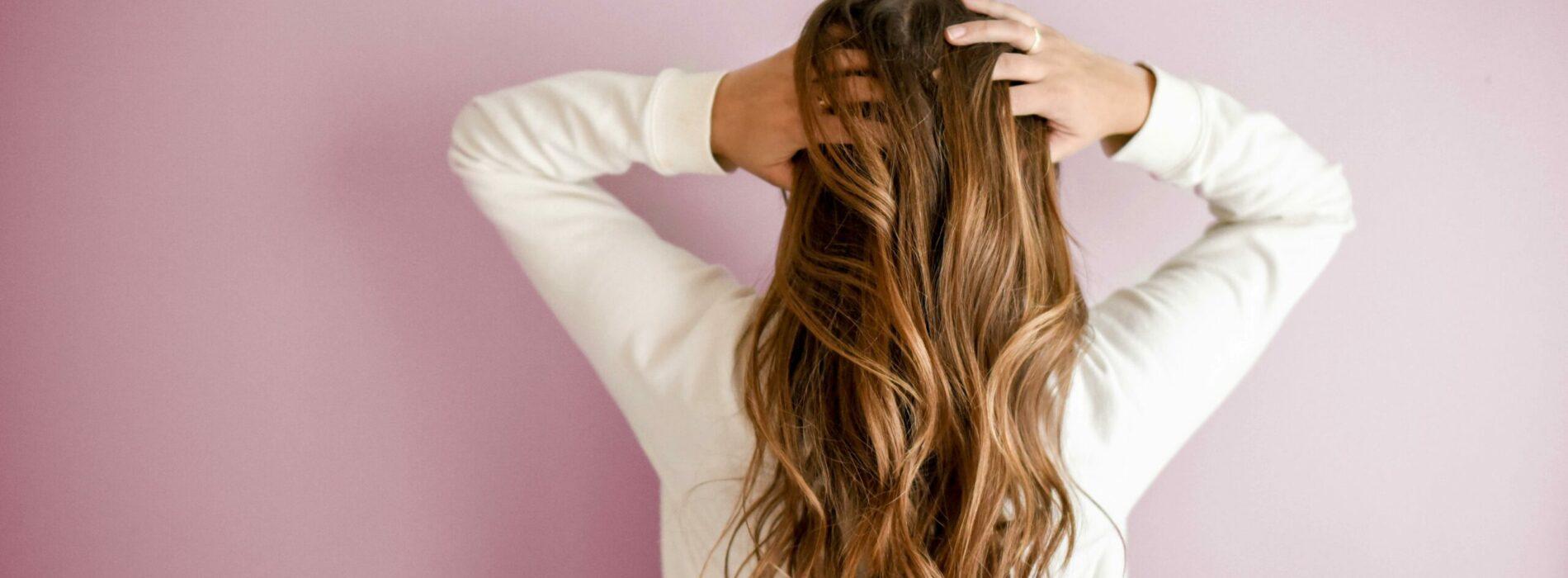 Włosy na detoksie. Jak oczyścić włosy i skórę głowy z silikonów?